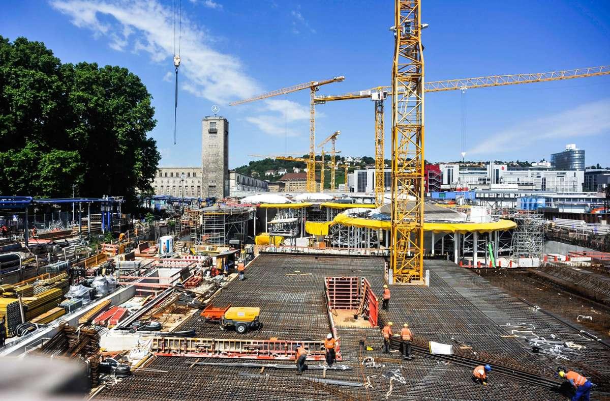 Auf der Baustelle des Tiefbahnhofs zeichnet sich nach und nach die Dachform ab. Die Gleise für den Bahnhof werden über den Feuerbacher Tunnel zur Baustelle gefahren werden. Foto: Lichtgut/Max Kovalenko