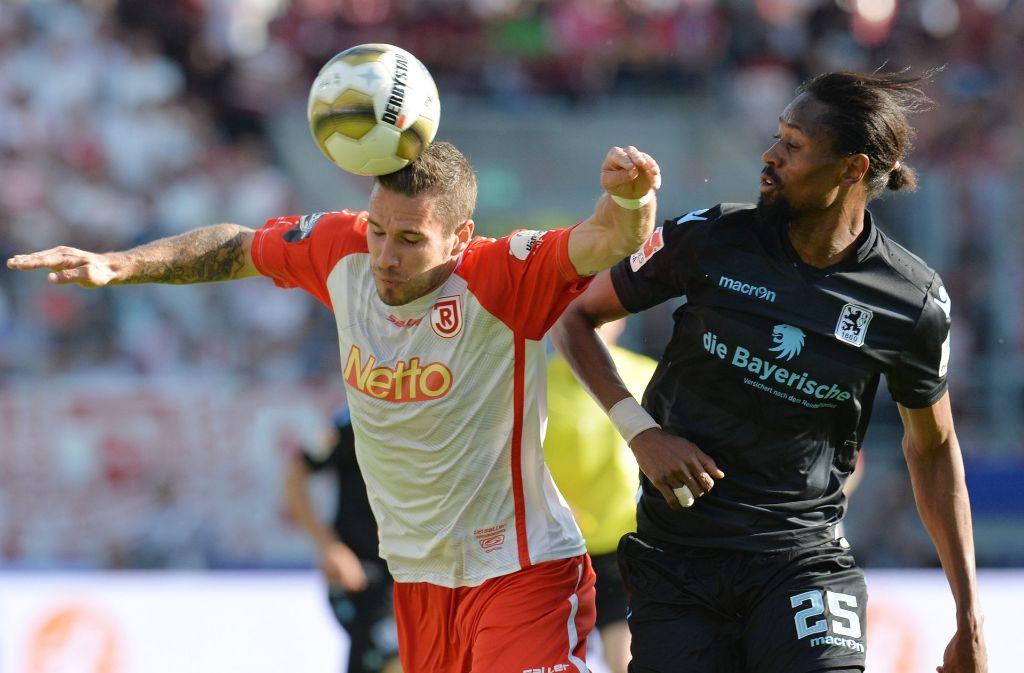 13 Saisontreffer für Jahn Regensburg und den Aufstieg in die zweite Liga: Marco Grüttner (li.) setzt sich mit dem  Drittliga-Dritten  in der Relegation gegen 1860 München durch. Foto: dpa
