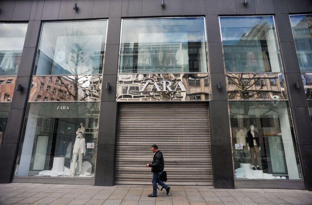 Der Filialist Zara auf der Königstraße ließ bereits vor der behördlichen Anordnung die Jalousien runter Foto: Lichtgut/Max Kovalenko