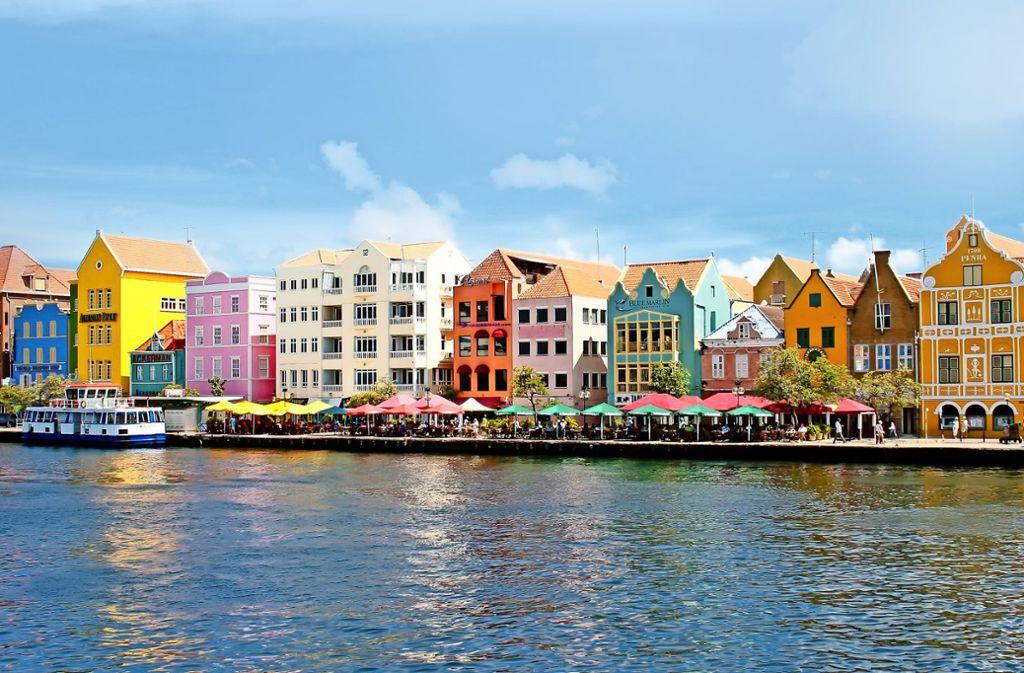 Bonbonbunt strahlen die  Häuser der Handelskade mit dem Himmel über Willemstad um die Wette. Foto: Tilo Grellmann – Adobe Stock