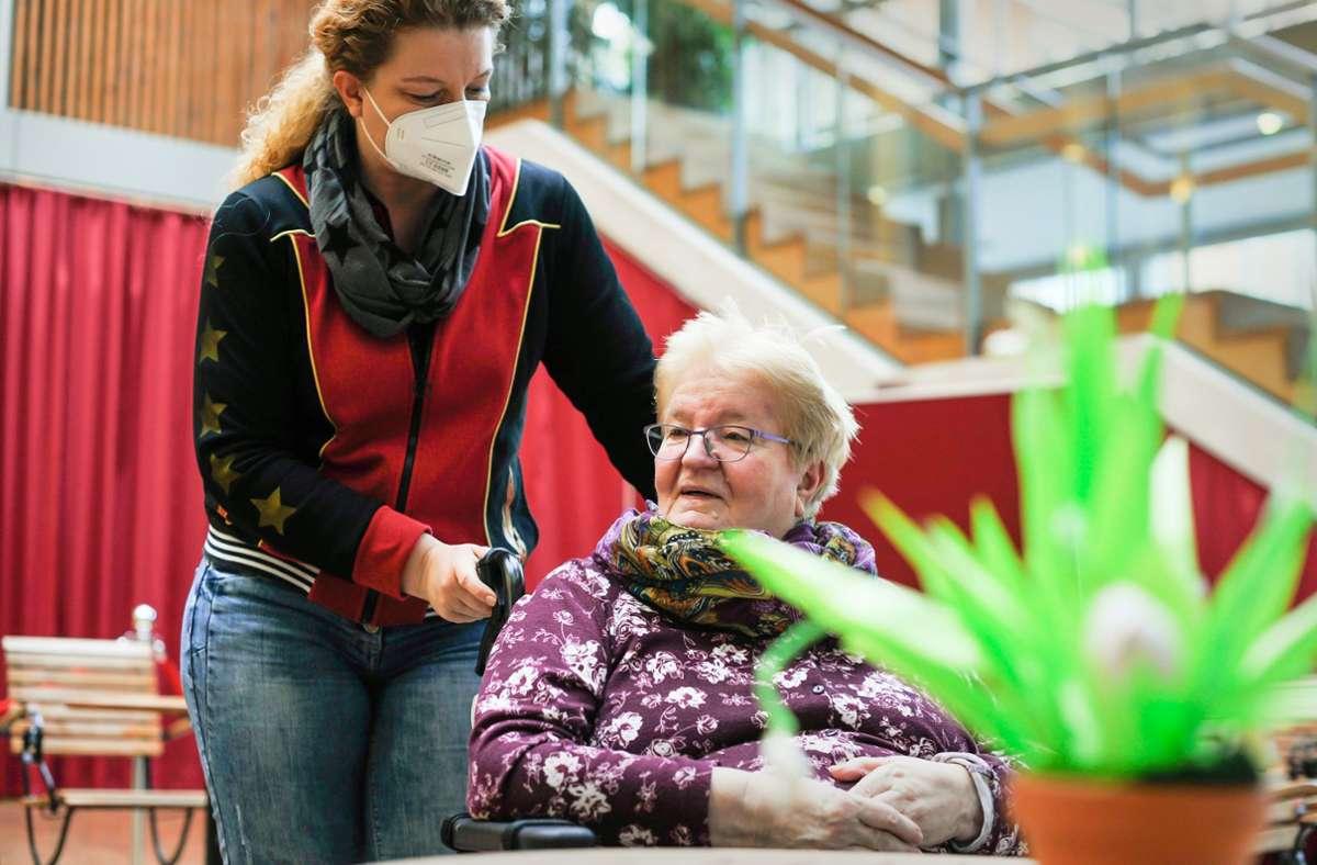 Im  großen Atrium in der Mitte des Anna-Haag-Hauses dürfen sich Ilse und Sabine Brandt wieder treffen – und auf dem Zimmer der Mutter. Foto: Lichtgut/Max Kovalenko