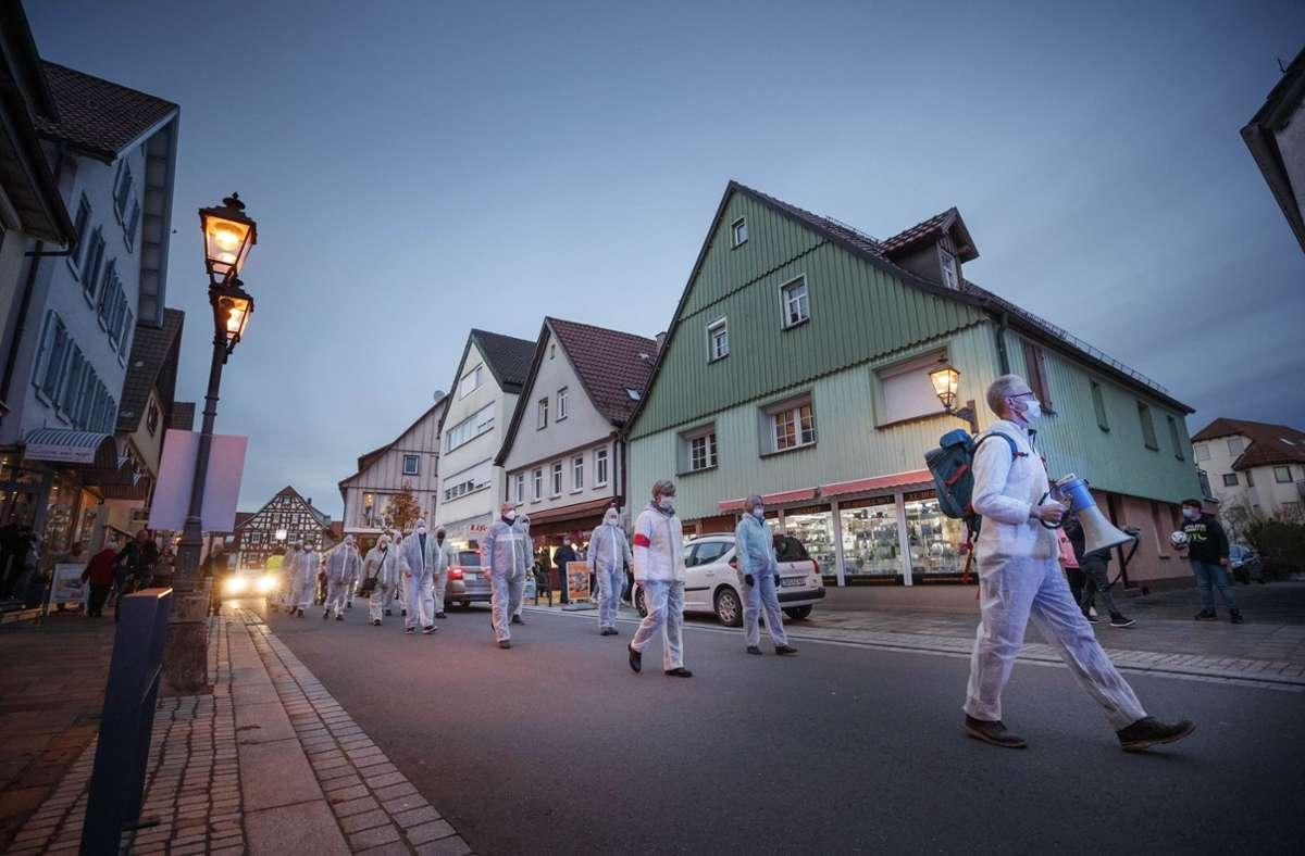 Einschlägig Protestierende zogen im November in weißen Schutzanzügen durch Welzheim. Foto: Gottfried Stoppel