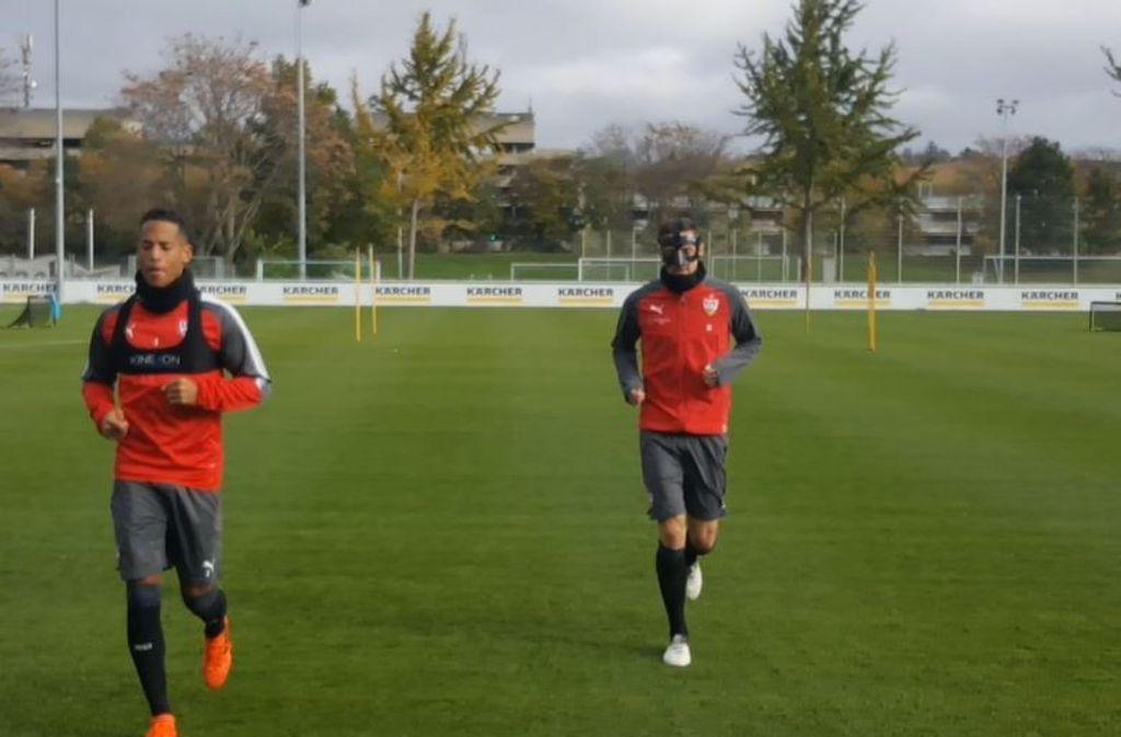 Christian Gentner mit Dennis Aogo (links) beim Training an diesem Montag. Foto: Pressefoto Baumann