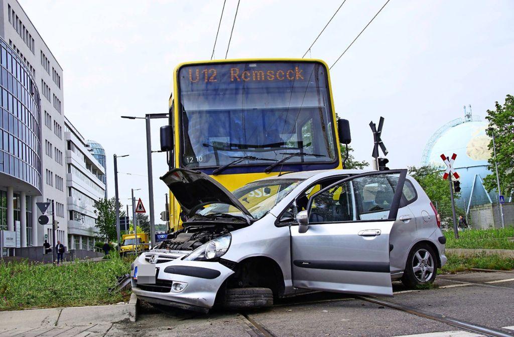 Im Mai 2018 wollte ein Hondafahrer in den Kreisverkehr am Wallgraben /Industriestraße einfahren. Dabei übersah er die Stadtbahn der Linie U 12 und kollidierte mit ihr. Foto: SDMG