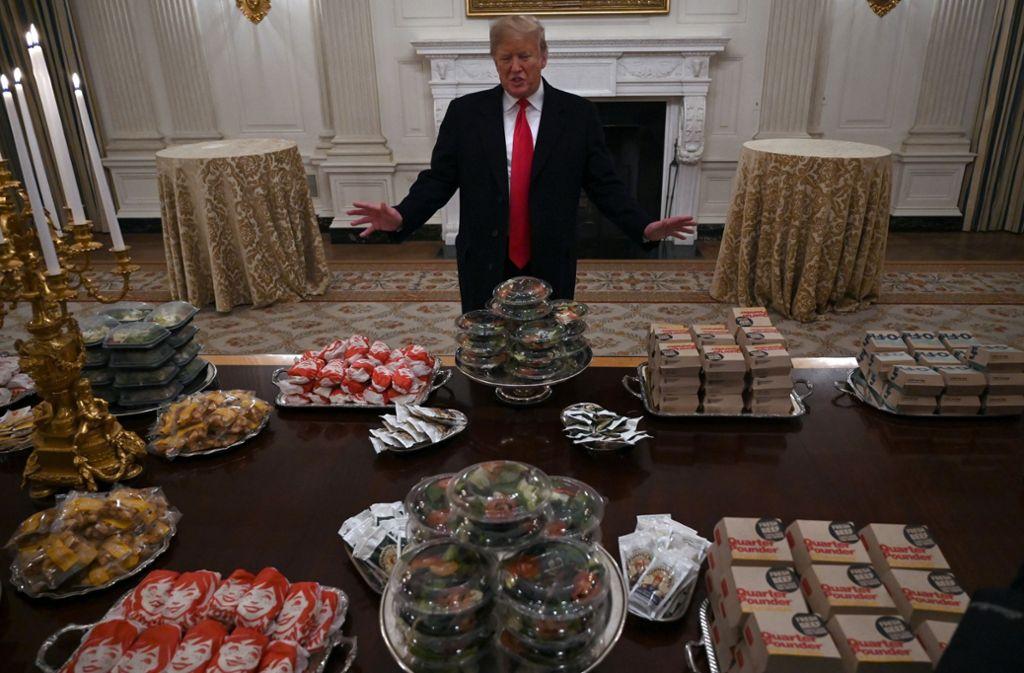 Donald Trump tischt auf: Es gibt reichlich Fast Food für ein Football-Team. Foto: AP