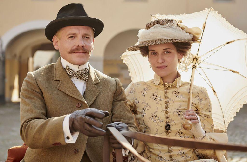 Ottilie (Kristin Suckow, re.) lässt sich auf die Ehe mit Alexander (Johannes Zirner) ein. Foto: ARD Degeto/Martin Spelda