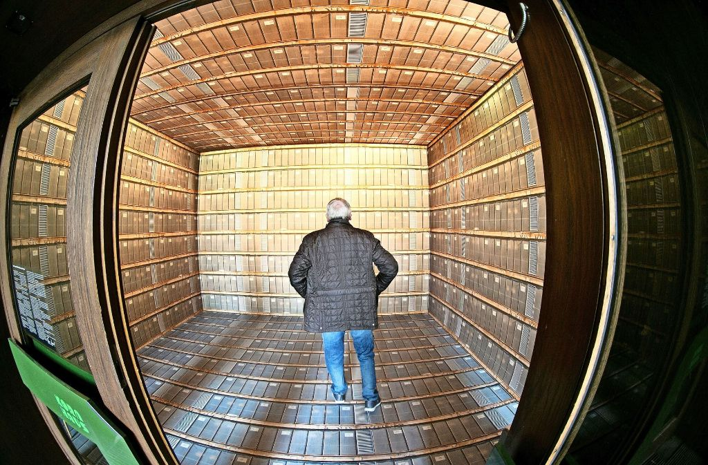 Der geschlossene Kubus im Eingangsbereich der Galerie suggeriert einen Blick  in ein Magazin  oder einen Bibliotheksfundus Foto: Rudel