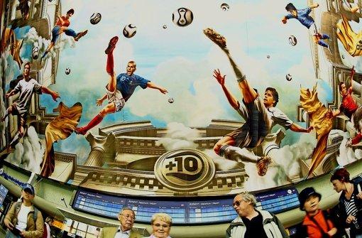 Schöner Schein: dieses Motiv hat Adidas bei der WM 2006 an der Decke des Kölner Bahnhofs angebracht. Die Rolle des Sportartikelherstellers hinter den Kulissen ist umstritten Foto: dpa