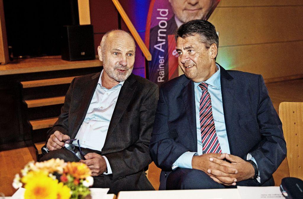 Rainer Arnold hat nichts davon geahnt, dass seine Genossen den Außenminister und Vizekanzler Sigmar Gabriel (rechts) zu seinem Abschiedsfest eingeladen haben. Foto: Ines Rudel
