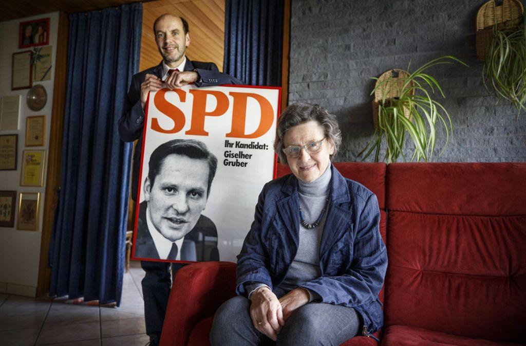 Gernot Gruber und  seine Mutter Gudrun mit einem Plakat von 1972 Foto: Gottfried Stoppel