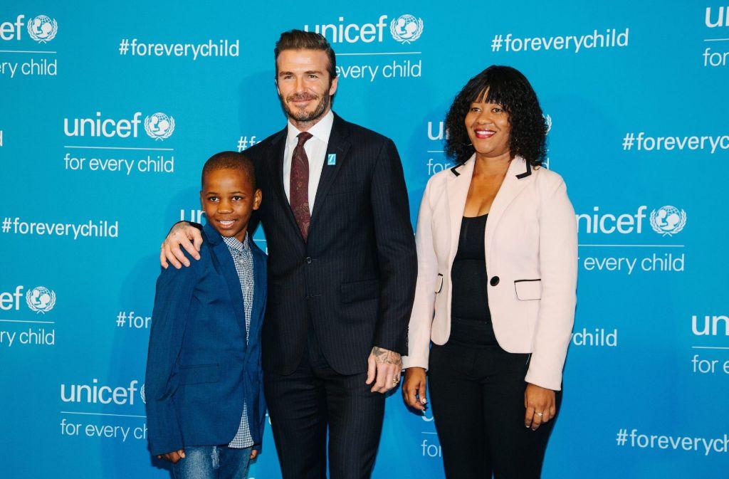David Beckham posierte auf der Gala mit Livey Van Wyk, einer HIV-infizierten Namibianerin und ihrem Sohn, der Dank der Arbeit von Unicef HIV-negativ ist. Foto: dpa