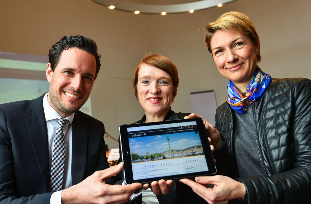 Erster Bürgermeister Fabia Mayer, Behindertenbeauftragte Simone Fischer und Sozialbürgermeisterin Alexandra Sußmann präsentieren die neue Website. Foto: Leif Piechowski