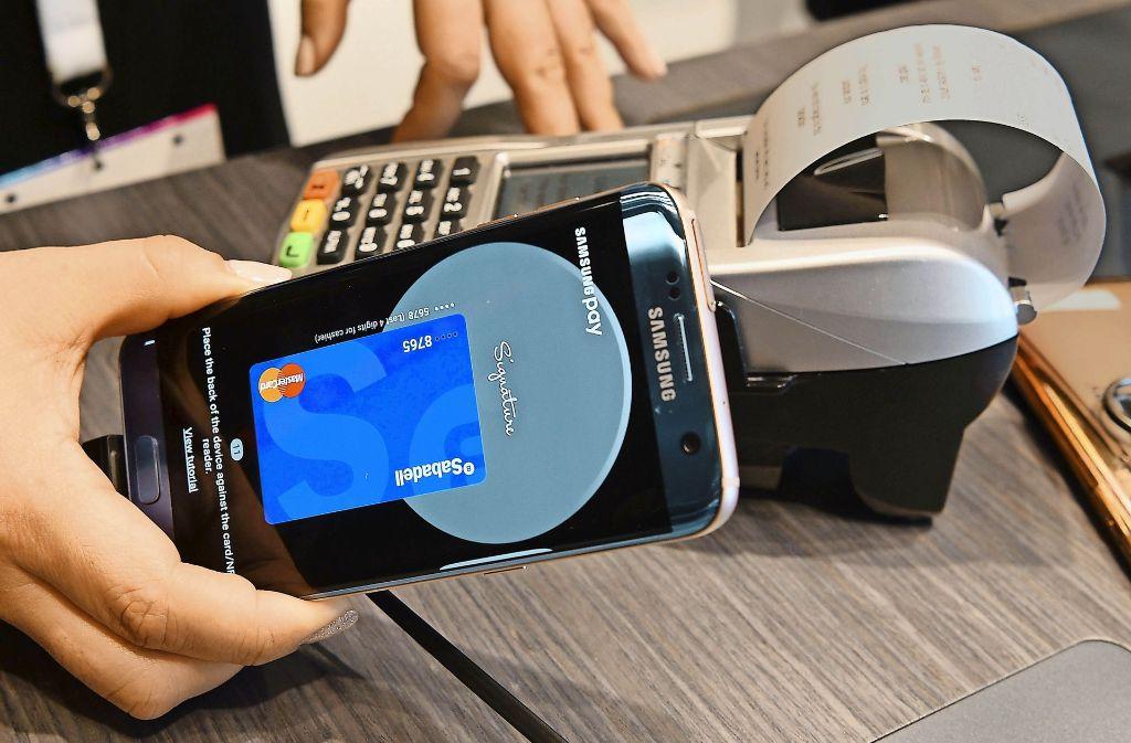 Mit dem Handy den Einkauf zahlen? An einigen deutschen Ladenkassen ist das längst möglich, aber Gebrauch machen davon vor allem Touristen aus China (Symbolbild). Foto: AFP