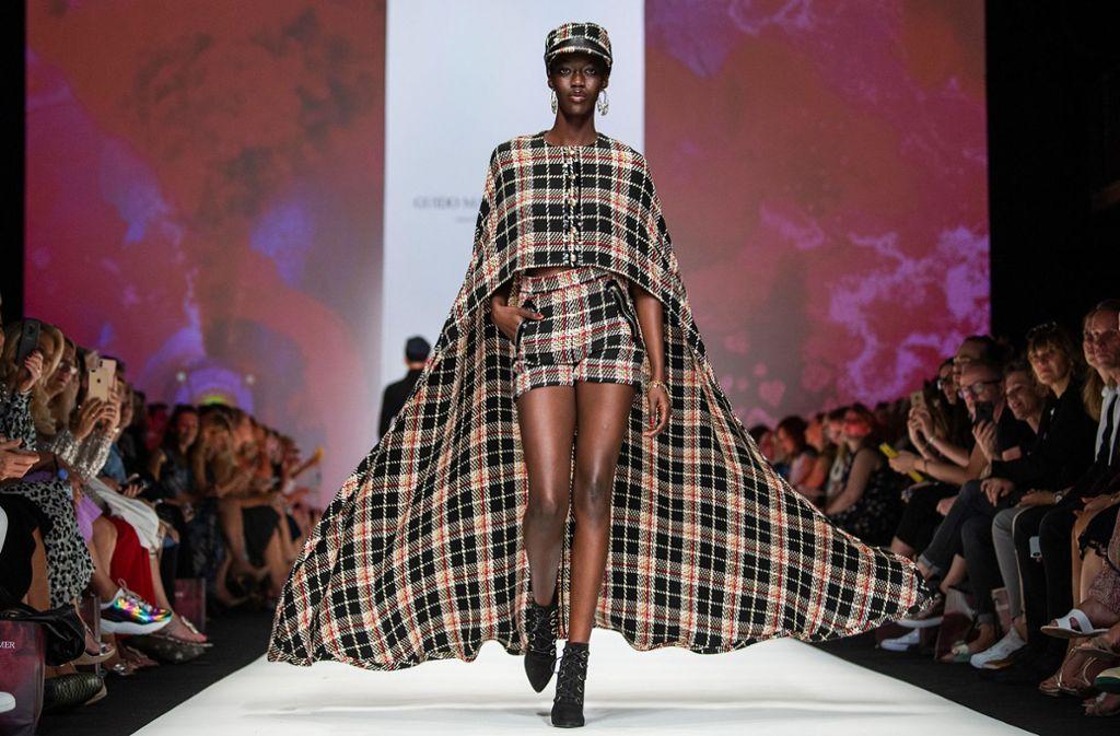 Ein Model präsentiert die Mode des Designers Guido Maria Kretschmer auf der Berliner Modewoche. Foto: dpa