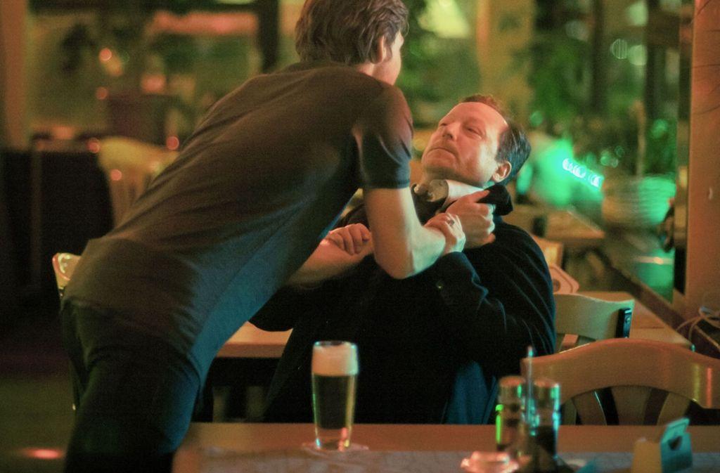 Kommissar Meuffels (Matthias Brandt, re.) bekommt es mit Typen wie Costa  (Julian Felix) zu tun, die ihn kein bisschen respektieren. Foto: BR