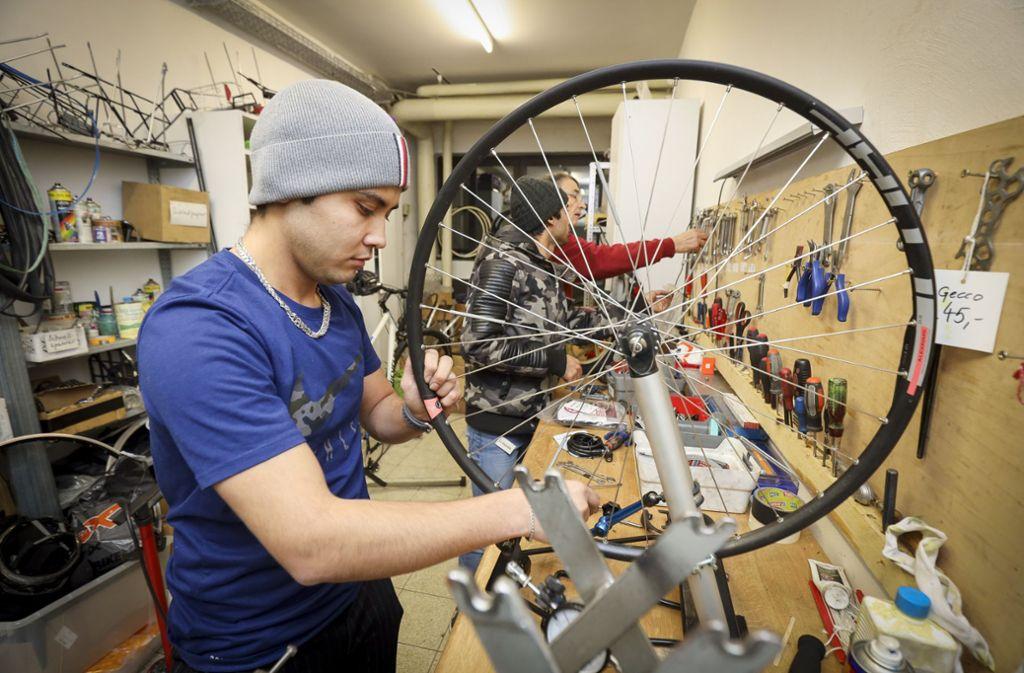 Marteza Mozafari ist ein Vorbild für viele Geflüchtete: Der 23-Jährige hat einen Job, spricht Deutsch und  hilft in der Fahrradwerkstatt. Foto: factum/Simon Granville