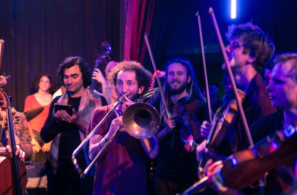 Free Brahms! Das forderte das Stegreif-Orchester bereits 2018 im Komma, auch beim aktuellen Auftritt befreiten die mehr als 20 Musiker  in Esslingen das Publikum gleich mit. Foto: Podium Festival