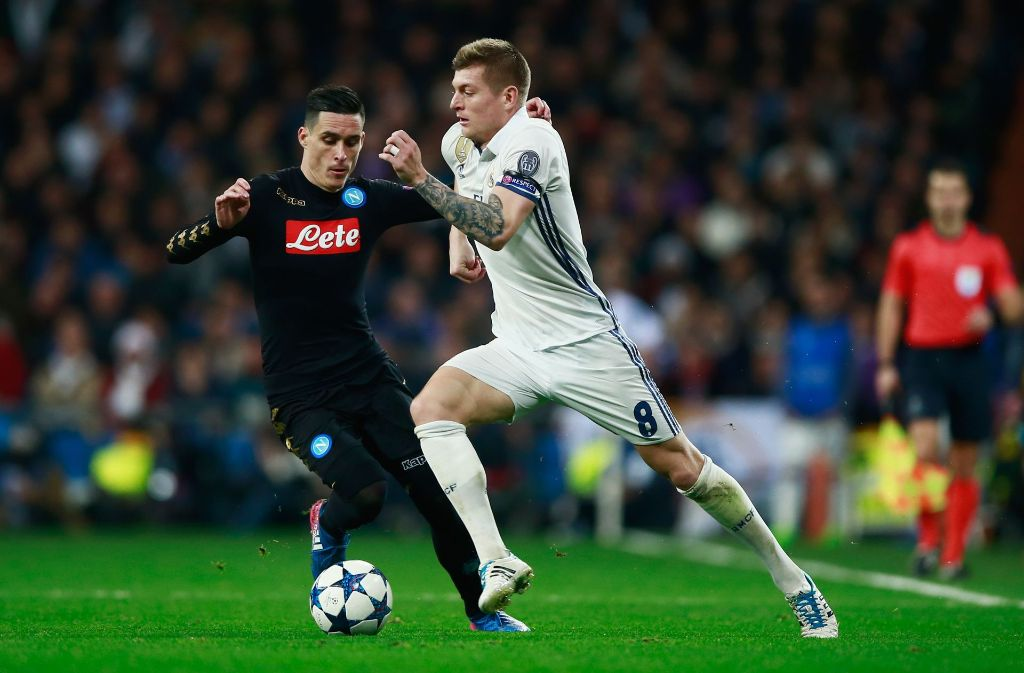 Toni Kroos (Real Madrid) im Zweikampf mit Jose Callejon (SSC Neapel). Foto: Getty