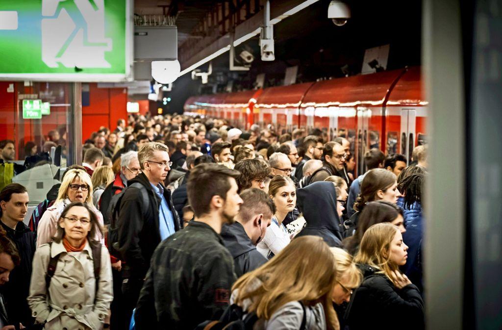 VVS-Kunden warten im Hauptbahnhof  auf ihre S-Bahn – häufig tun sie das ziemlich lange. Foto: Lichtgut/Achim Zweygarth
