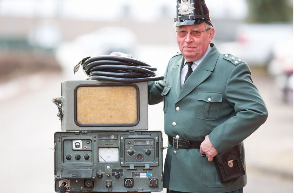 Der Leiter des deutschen Polizeimuseums in Salzkotten (Nordrhein-Westfalen), Felix Hoffmann, demonstriert in Original Uniform  den Umgang mit dem Radargerät VRG2 von Telefunken von 1959. Parallel mit anderen Geräten wurde diese Ur-Radarfalle bis in die 1980er Jahre genutzt. Foto: dpa