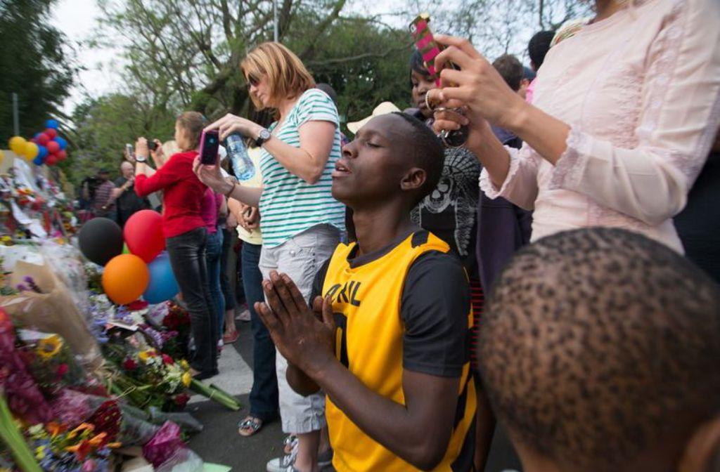 Die Südafrikaner trauern um ihren Nationalhelden Mandela. Foto: dpa