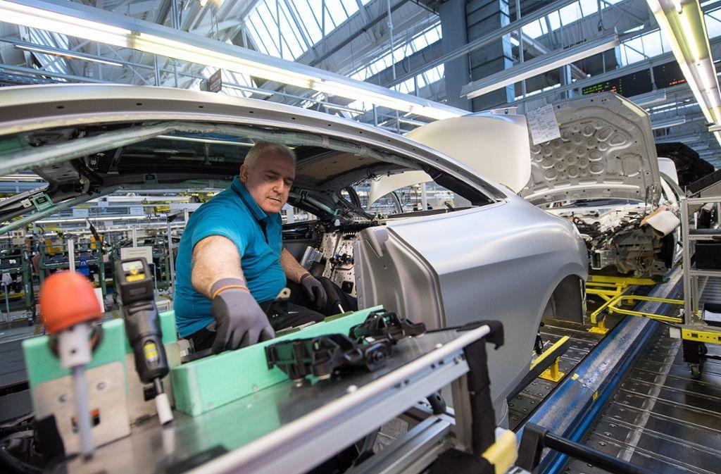 Blick in die Fertigung in Sindelfingen – hier beim Bau einer S-Klasse. In der Bildergalerie sehen Sie die meist verkauften Mercedes-Modelle des vergangenen Jahres in Deutschland – die Plätze 1 bis 10. Foto: dpa
