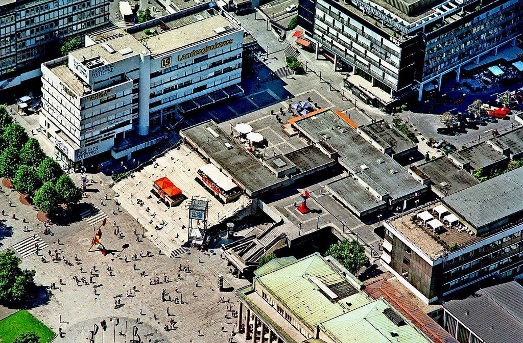 Seit 1967 hat die Buchhandlung Wittwer sein Stammhaus auf der Königstraße 30 und ist damit zu einer Institution in der Stuttgarter City geworden. Hier eine  Luftaufnahme  aus den 1990er Jahren, als noch die  legendäre Freitreppe hoch zum Kleinen Schlossplatz führte. Foto: Thomas Hörner