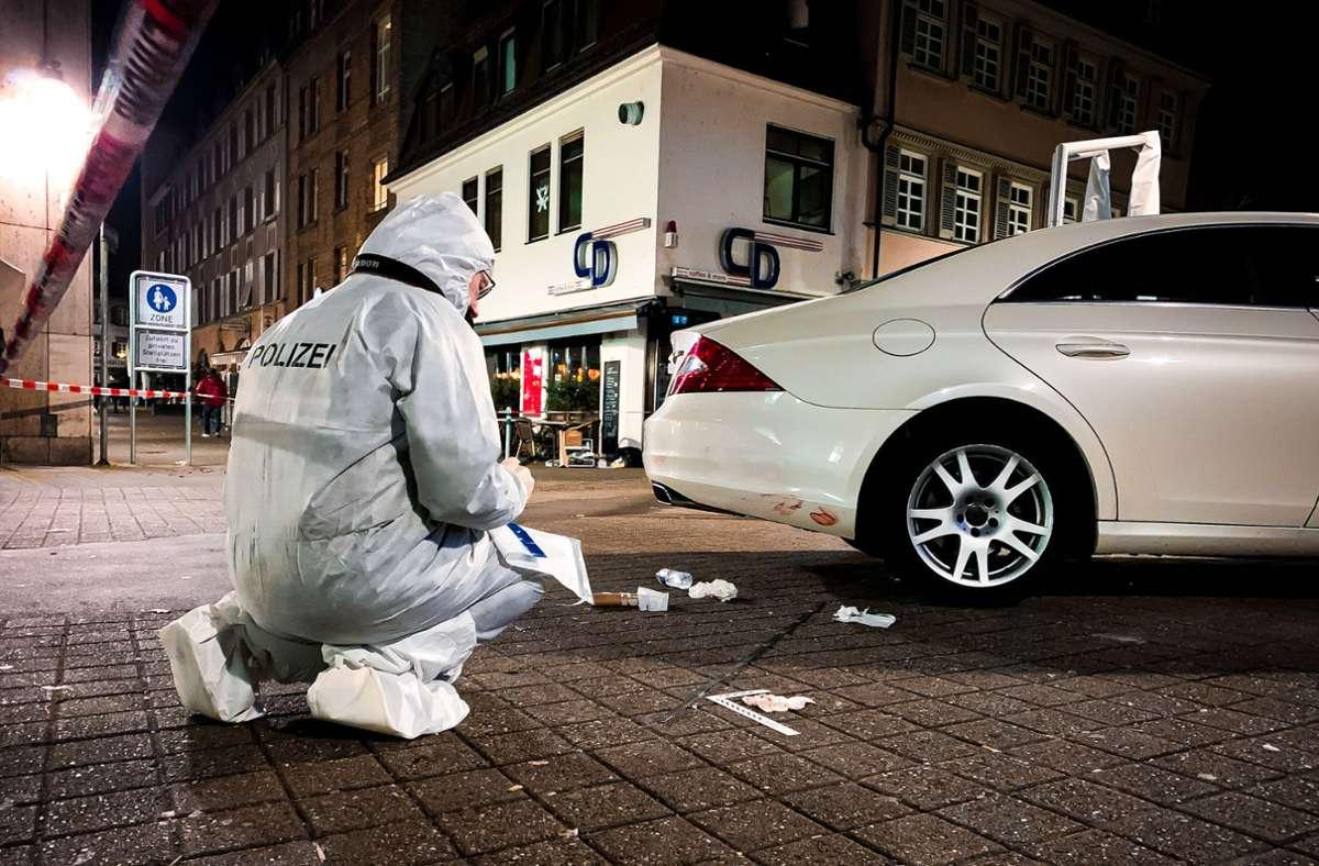 Die Polizei sichert Spuren nach der Messerattacke am Josef-Hirn-Platz. Foto: 7aktuell