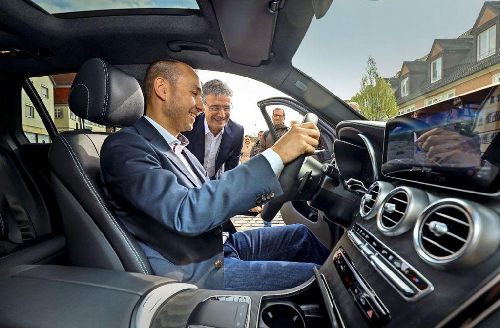 Freuen sich über das neue Auto: Stefan Belz und Michael Bauer Foto: factum/Simon Granville
