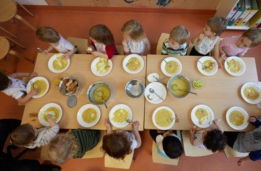 Kinder in einer Tagesstätte beim Essen Foto: dpa