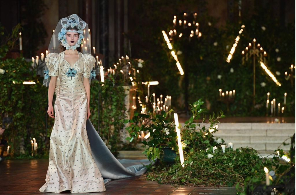 Das Modelabel Rodarte zeigt auf der Fashion Week in New York seine ausgefallenen Kreationen in einer extravaganten Kulisse. Foto: AFP/ANGELA WEISS