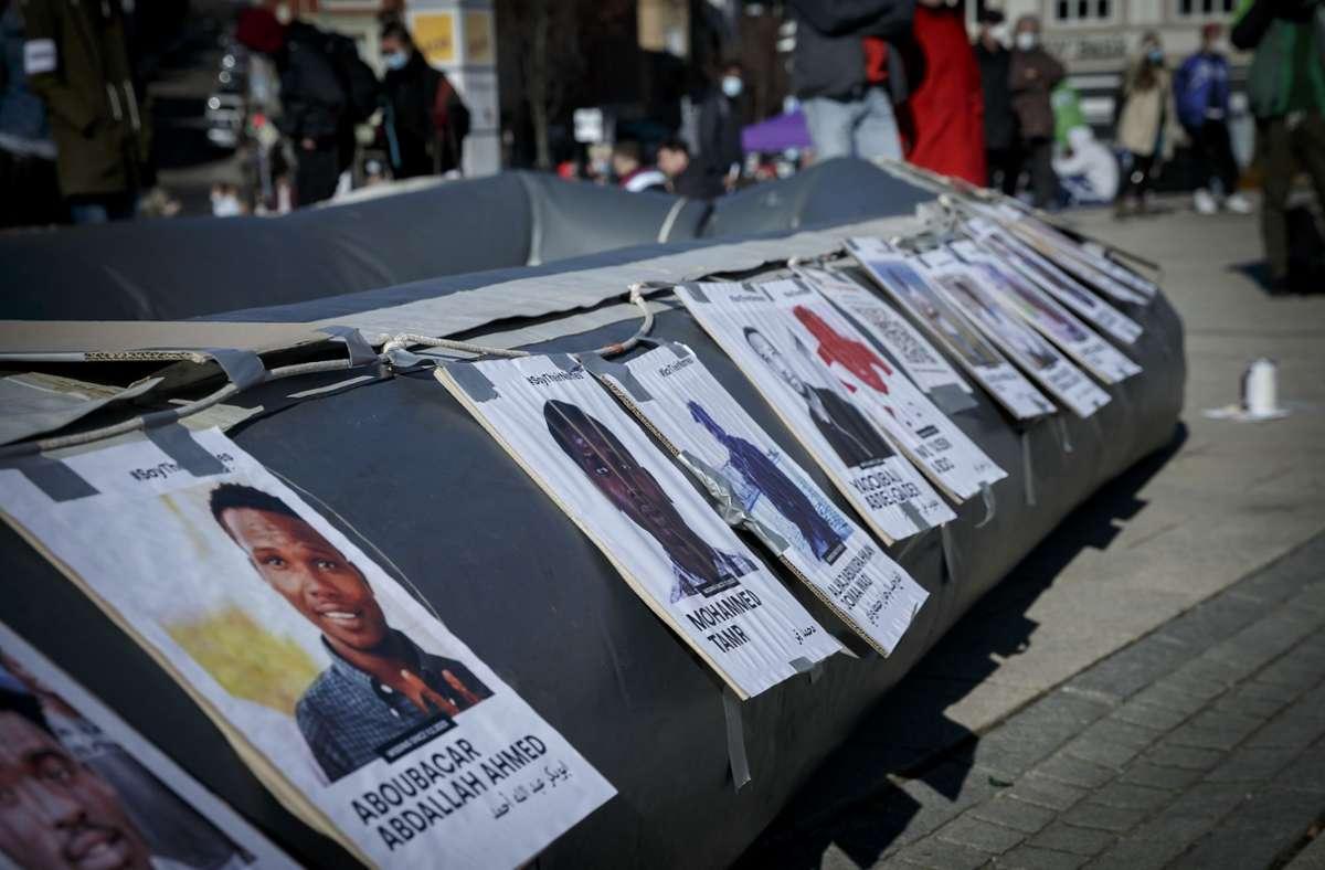 Die Initiative Seebrücke hat in Stuttgart mehrfach Hilfsaktionen angemahnt – mit Porträts von gestorbenen Flüchtlingen. Foto: Lichtgut/Julian Rettig