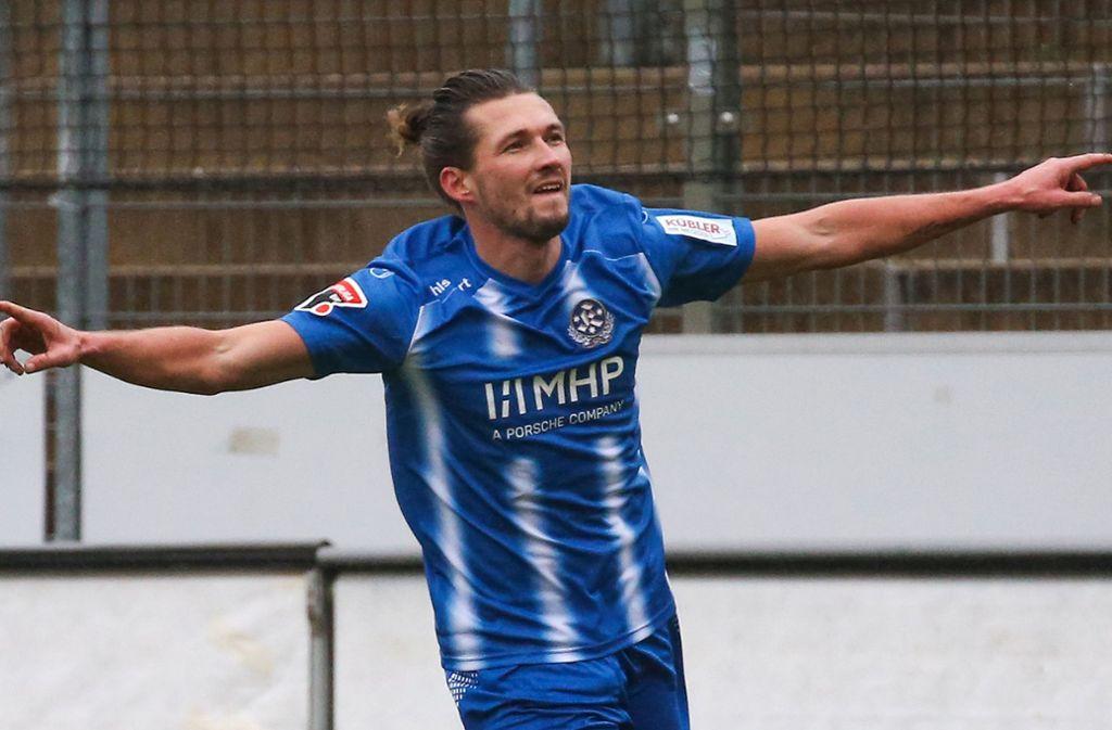 Die Fans der Stuttgarter Kickers dürfen sich weiter auf Torjubel Marke Mijo Tunjic freuen: Der Torjäger bleibt für weitere zwei Jahre ein Blauer. Foto: Baumann