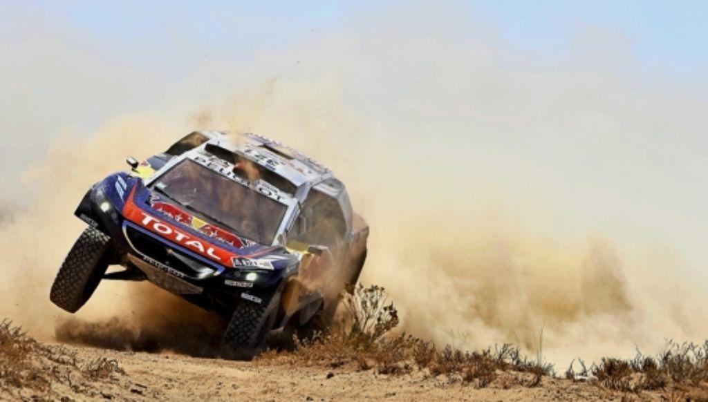 Der Peugeot von Stéphane Peterhansel ist nicht aus der Spur zu kriegen. Foto: AFP