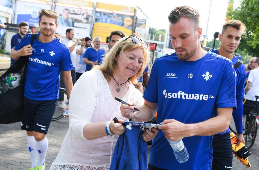 Kevin Großkreutz ist mit seinem neuen Club Darmstadt 98 in die Saison-Vorbereitung gestartet. Zuerst wurden allerdings fleißig Autogramme geschrieben. Foto: dpa