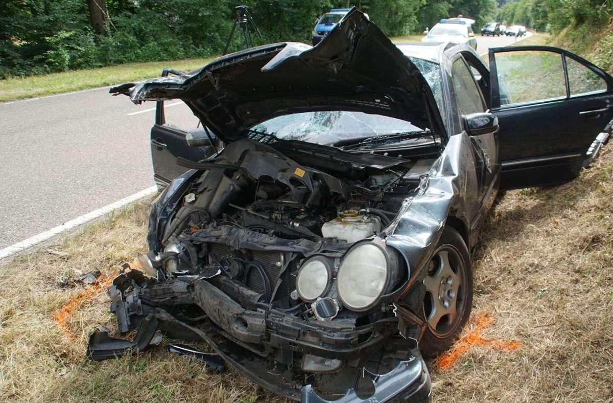 Ein Bild der Unfallstelle: Vier Menschen sind bei einem Unfall nahe Knittlingen (Enzkreis) schwer verletzt worden. Foto: SDMG/SDMG / Gress
