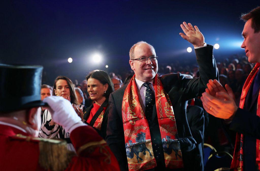 Fürst Albert I. von Monaco (2.v.r.), Stéphanie von Monaco (3.v.r.), Pauline Ducruet (4.v.r.) und Louis Ducruet (r.) besuchen das Zirkus-Festival in Monte Carlo. Foto: dpa/Gao Jing