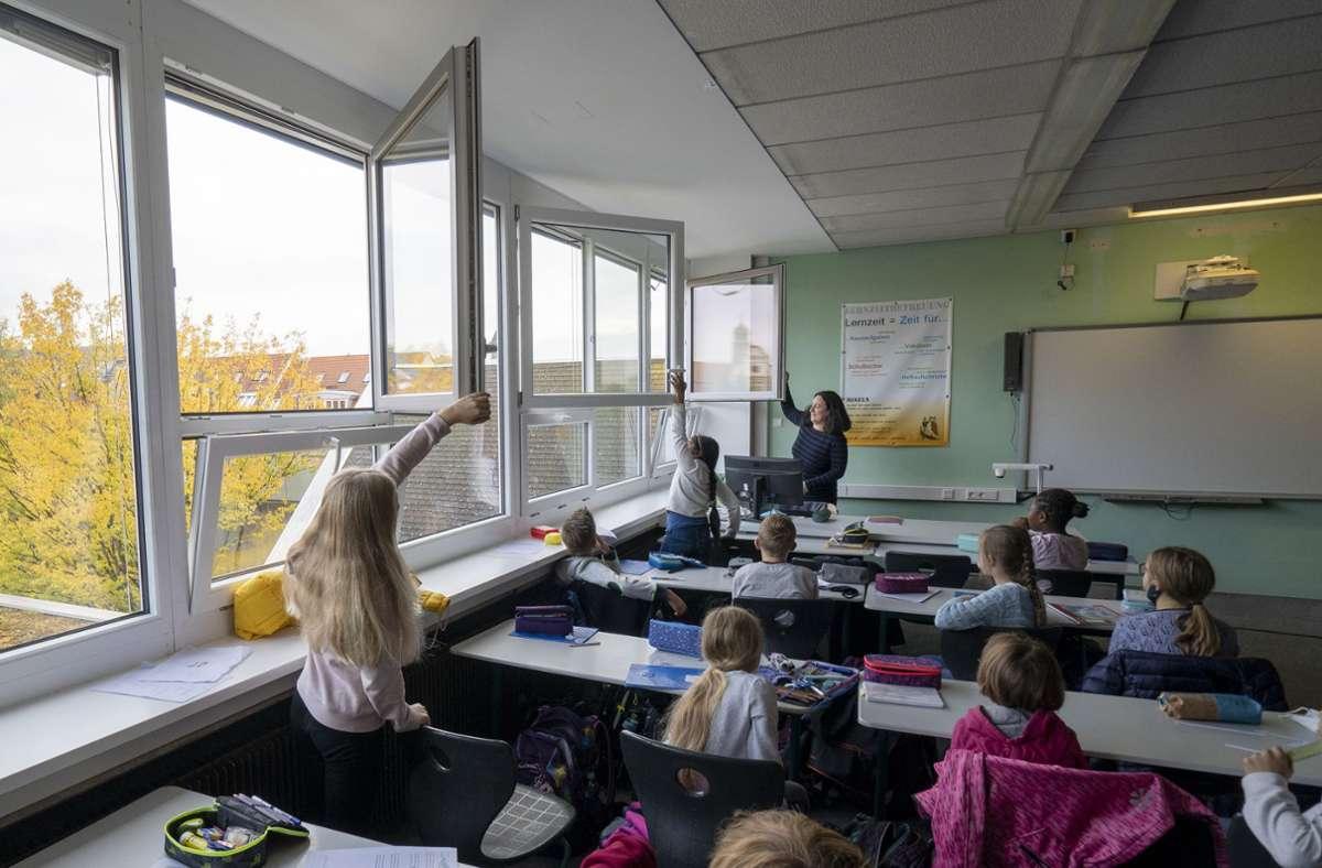 Lüften gegen Corona in einer Schule: Helfen auch längere Winterferien? Foto: factum/Jürgen Bach