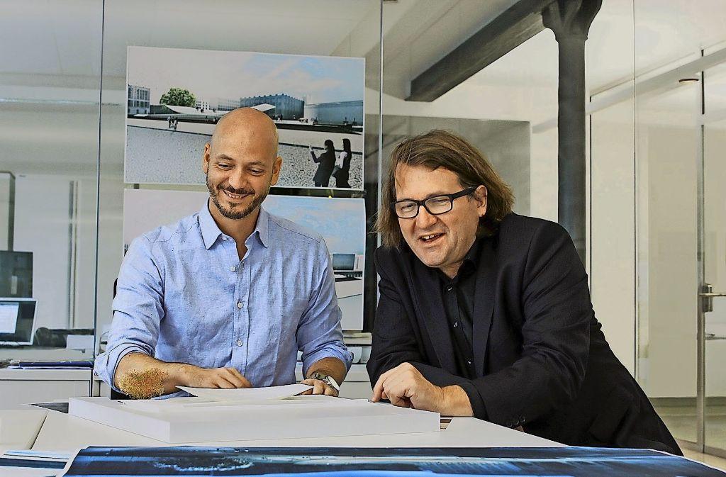 Erstaunlich robuste Naturen: Architekt Sebastian Letz (links) und Johannes Milla vor dem Denkmalsentwurf. Foto: Milla & Partner
