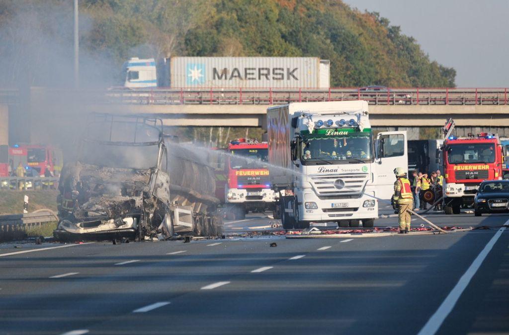 Ein Tanklaster ist auf der A2 komplett ausgebrannt. Der Fahrer stirbt. Foto: dpa