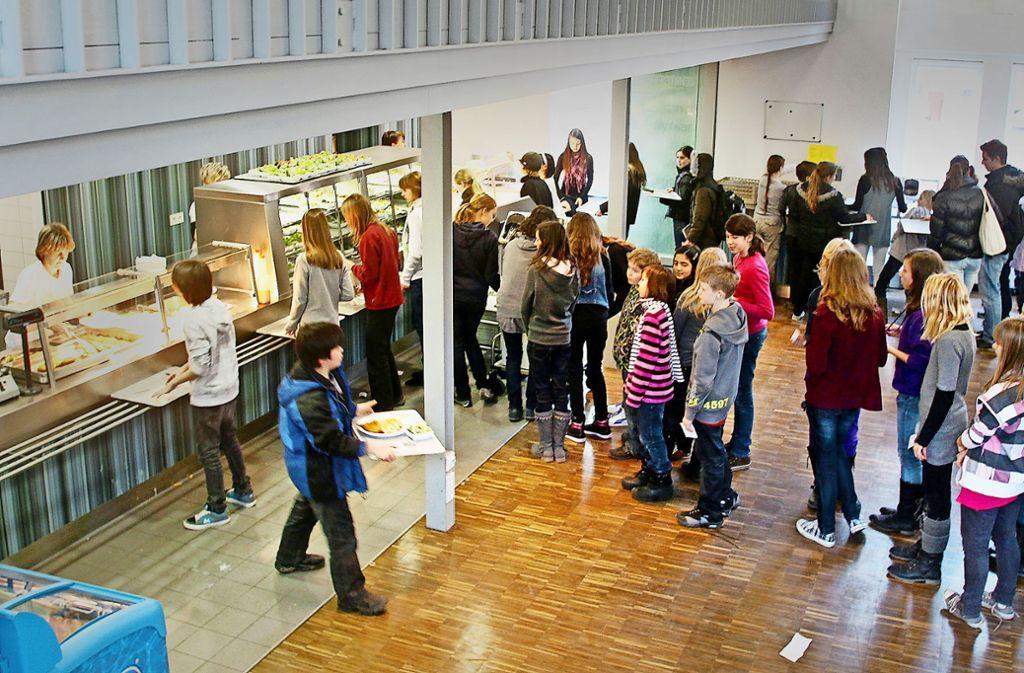 Essensausgabe in der Feuerseemensa: Die Stadt Ludwigsburg will gesunde Vielfalt, aber die ist offenbar noch nicht überall angekommen, wie Kritik von Eltern zeigt. Foto:factum/Archiv
