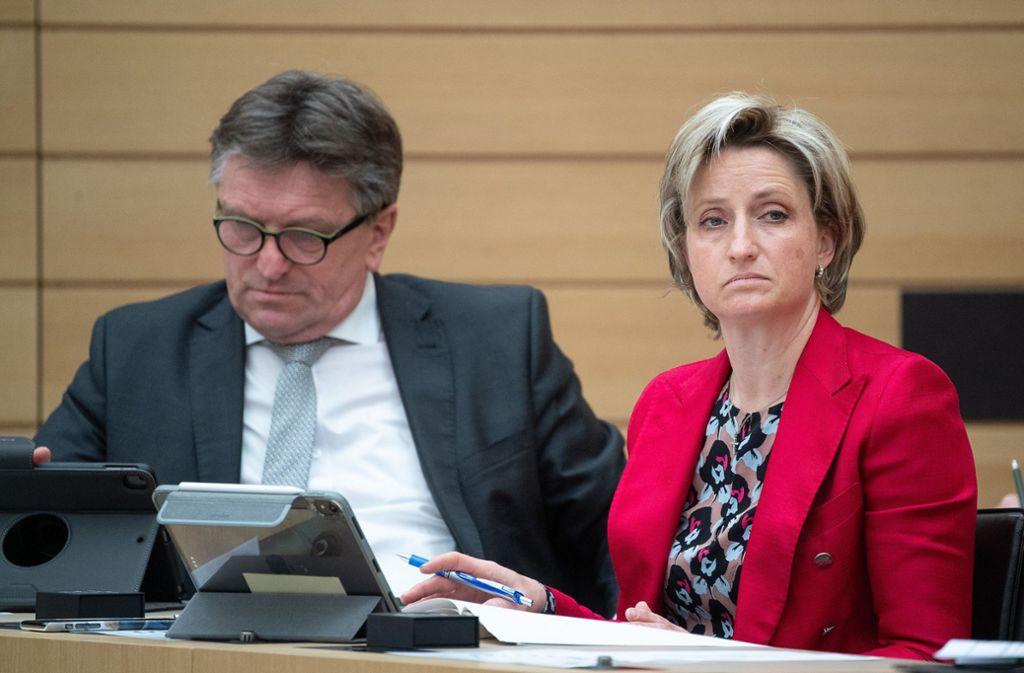 Gesundheitsminister Manne Lucha und Wirtschaftsministerin Nicole Hofmeister-Kraut  bei der Corona-Debatte im Landtag Foto: dpa/Sebastian Gollnow