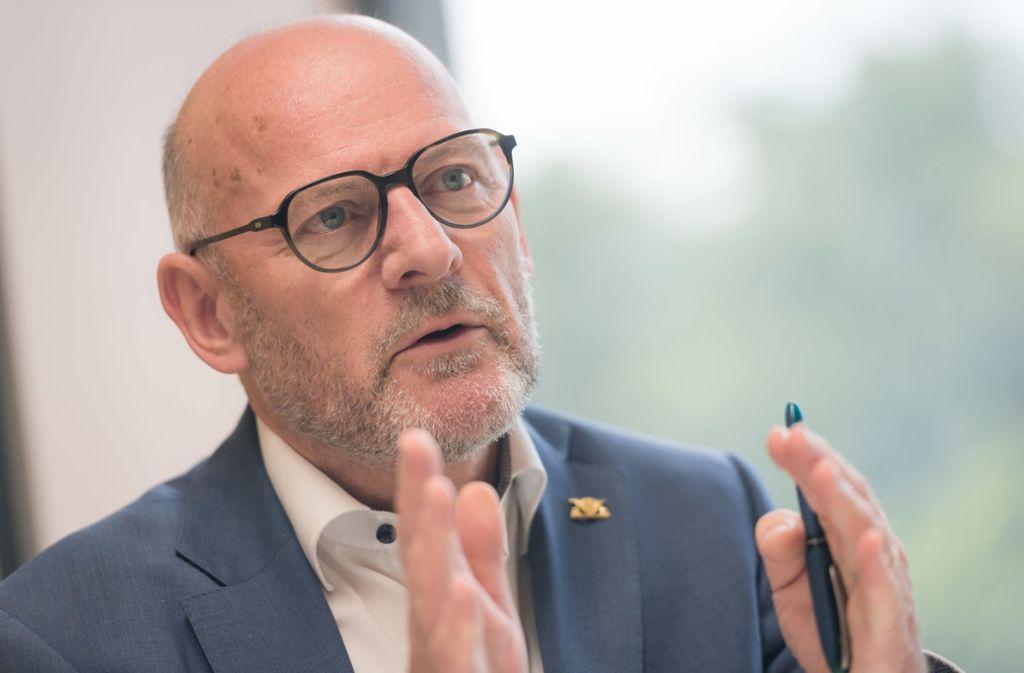 Landesverkehrsminister Winfried Hermann (Grüne) will den Verkehr klimaneutral machen – mit radikalen Schritten. Foto: Lichtgut/Max Kovalenko