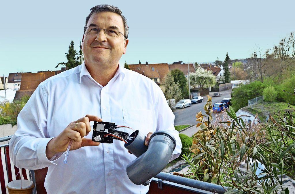 Klaus Spieske misst auf seinem Balkon den Feinstaub mit einem nach einer Internetanleitung gebauten Sensor. Foto: Sandra Hintermayr