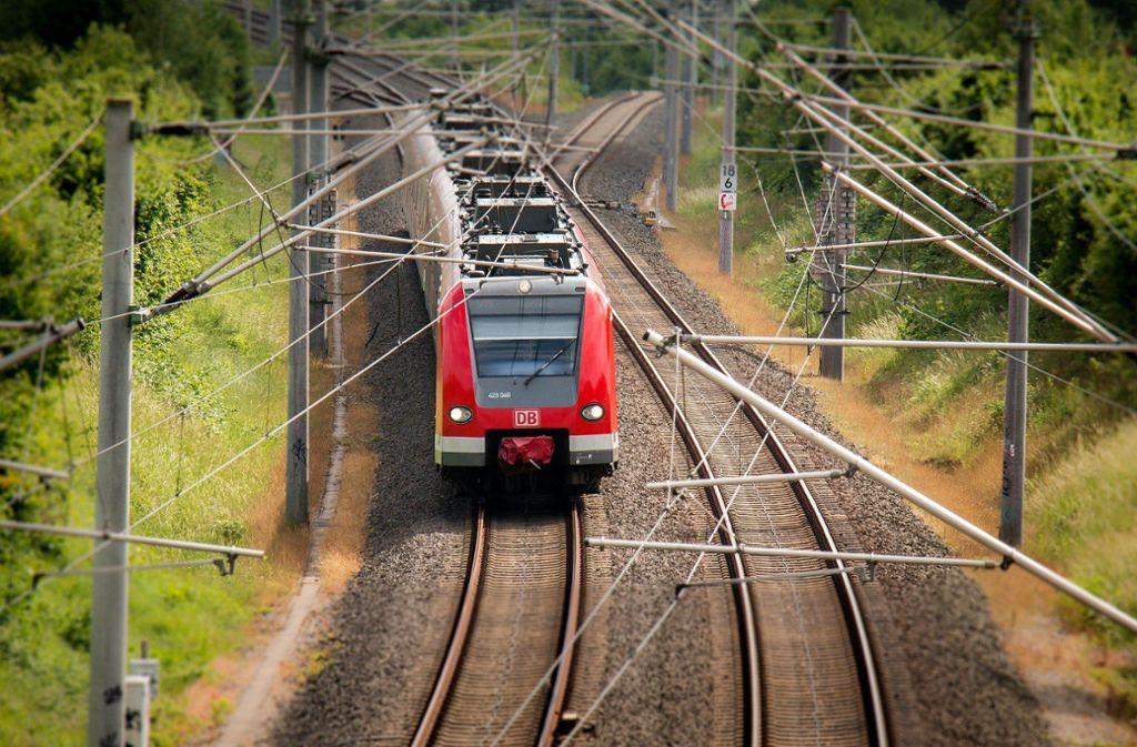 Die Deutsche Bahn arbeitet in den Nächten von Montag,  25. November, bis Donnerstag,  28. November, an der Böschung entlang der Gleise zwischen Leonberg und Renningen. Foto: pixabay