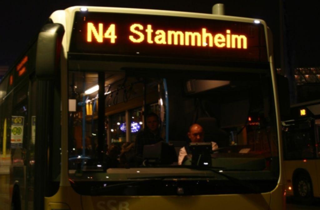 Nachtbusse verkehren in den Nächten vom 24. auf 25. Dezember sowie vom 25. auf 26. Dezember wie gewohnt ab der Haltestelle Schlossplatz. Foto: SSB