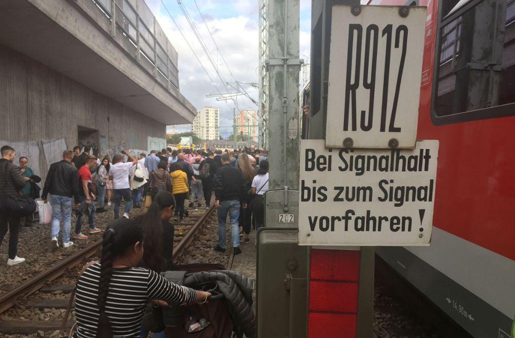 Hunderte  Fahrgäste verlassen einen S-Bahn-Tunnel am Hauptbahnhof zu Fuß. Foto: dpa/Bernward Loheide