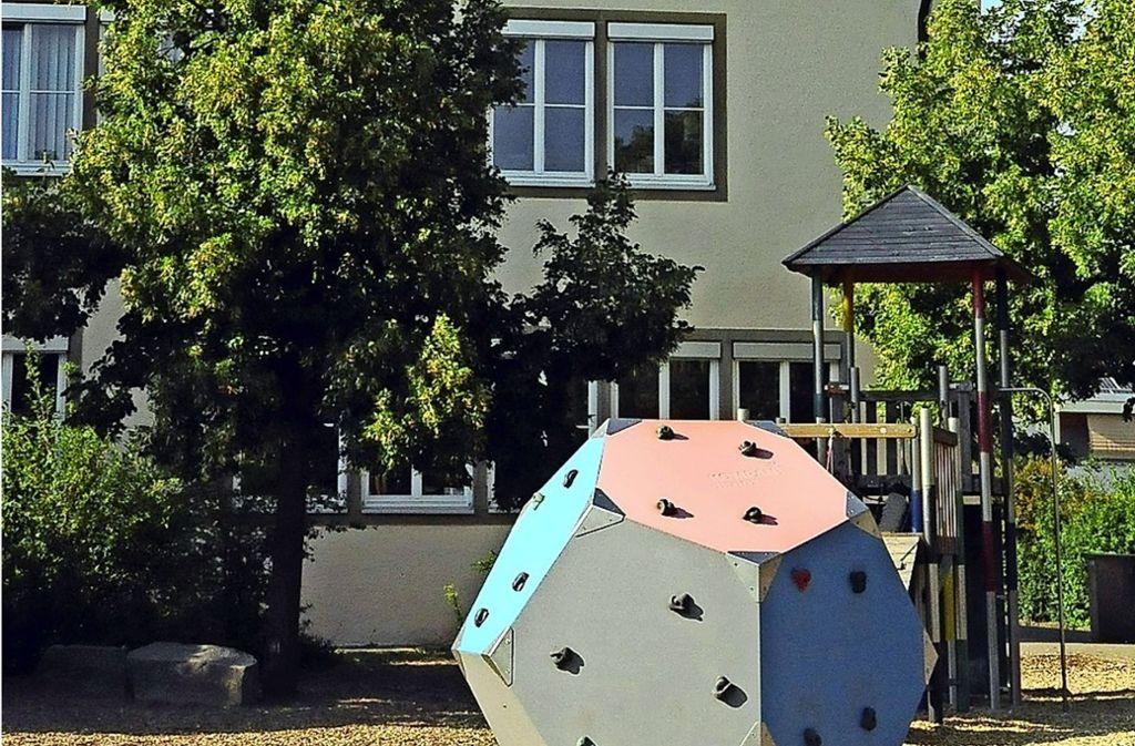 Das neue Gebäude  soll im hinteren Bereich des Schulhofes entstehen. Foto: Linsenmann