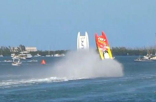 Speedboote heben ab und überschlagen sich gleichzeitig