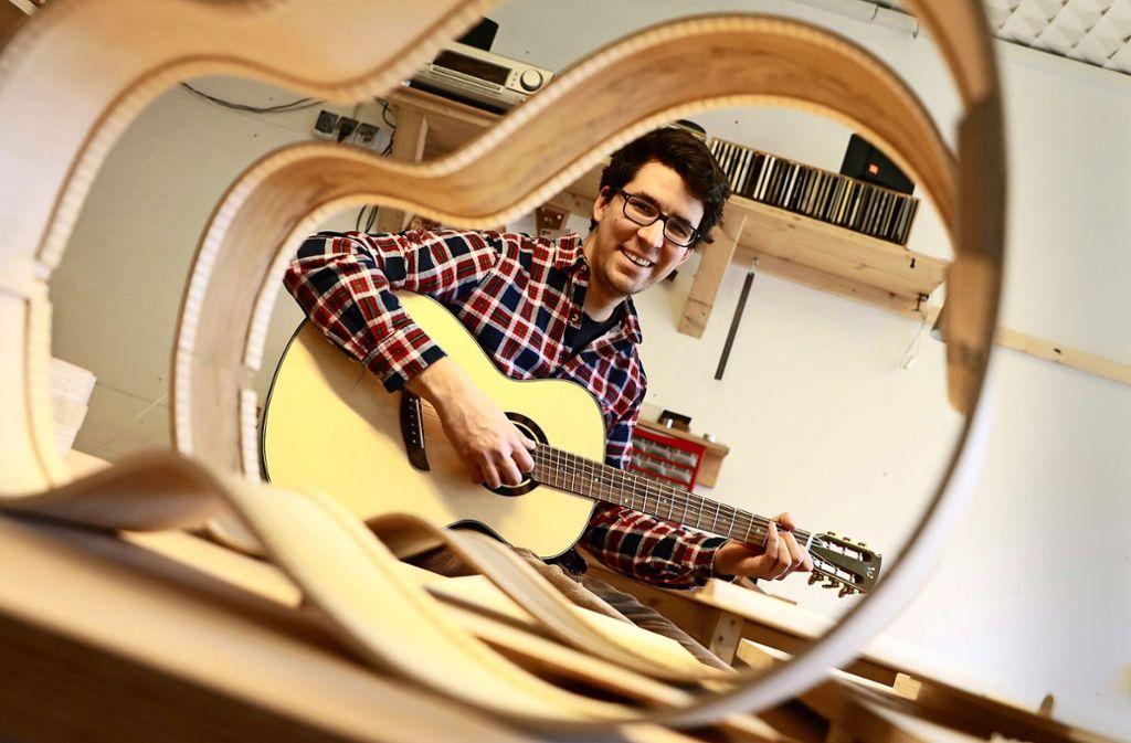 Eine der Besonderheiten an  Jan Wenks Gitarre: schräg gestellte Bundstege Foto: Christoph Breithaupt